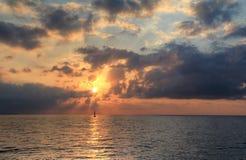 Żagiel w zmierzchu morzu Fotografia Stock