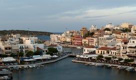 Agios Nicolás. Opinión sobre ciudad de la tarde Imagenes de archivo