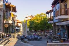 Agios Nikolaos, Chalkidiki, Grekland - September 15th 2017 - plazaen med kafeterior och krogar i Agios Nikolaos, Chalkidiki arkivbilder