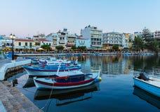 Agios Nikolaos City alla notte, Creta, Grecia Immagini Stock