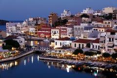Agios Nikolaos City bij Nacht, Kreta, Griekenland Stock Fotografie