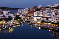 Agios Nikolaos City bij Nacht, Kreta, Griekenland Royalty-vrije Stock Foto's