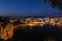 Agios Nikolaos City bij Nacht, Kreta, Griekenland Stock Foto's