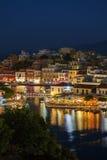 Agios Nikolaos City bij Nacht, Kreta, Griekenland Stock Afbeelding