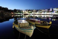 Agios Nikolaos City en la noche, Creta, Grecia Fotos de archivo libres de regalías