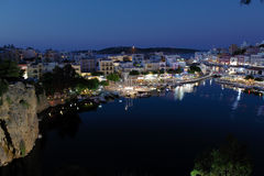 Agios Nikolaos City la nuit, Crète, Grèce Photo stock