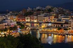 Agios Nikolaos City la nuit, Crète, Grèce Photographie stock libre de droits