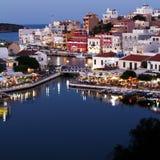 Agios Nikolaos City na noite, Creta, Grécia Imagem de Stock Royalty Free