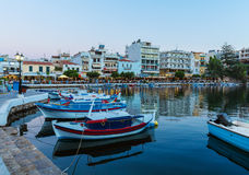 Agios Nikolaos City nachts, Kreta, Griechenland Stockbilder