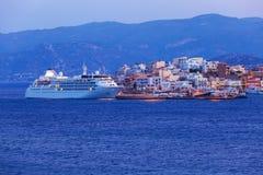 Agios Nikolaos City och Cruse skepp på natten, Kreta, Grekland Arkivfoto