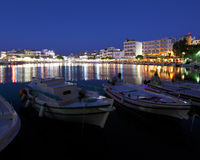 Agios Nikolaos City på natten, Kreta, Grekland Arkivbild