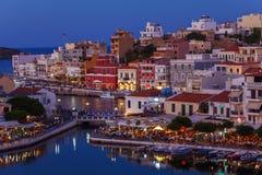 Agios Nikolaos City på natten, Kreta, Grekland Arkivfoto