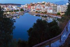Agios Nikolaos City på natten, Kreta, Grekland Royaltyfri Bild