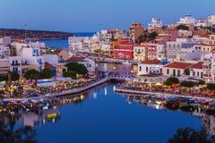 Agios Nikolaos City på natten, Kreta, Grekland Arkivbilder