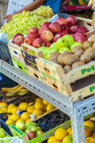 AGIOS NIKOLAOS, CRÈTE - 30 JUILLET 2012 : Un marchand ambulant vend la FRU Photos stock