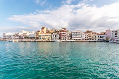 Agios Nikolaos, Creta - 8 de noviembre de 2018: Vista de la ciudad de Agios Nikolaos Crete, Grecia fotografía de archivo libre de regalías