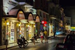 AGIOS NIKOLAOS CRETE, LIPIEC, - 28, 2012: Turysty spacer wzdłuż W Obrazy Royalty Free
