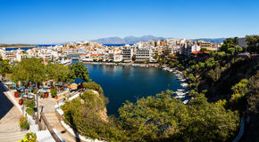 Agios Nikolaos, Crete wyspa, Grecja Łodzie cumować przy laguną Voulismeni jezioro Obrazy Royalty Free