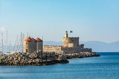 Agios Nikolaos forteca i młyny, Rhodes stary miasteczko, Grecja Zdjęcie Stock