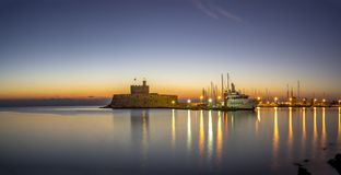 Agios Nikolaos forteca na Mandraki schronieniu Rhodes Grecja Obraz Royalty Free