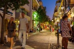 AGIOS NIKOLAOS, GRÉCIA - 24 DE JULHO DE 2012: Turistas que andam ao longo de s Fotos de Stock Royalty Free
