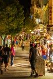 AGIOS NIKOLAOS GRECJA, LIPIEC, - 28, 2012: Turyści chodzi wzdłuż s Obraz Royalty Free