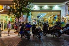 AGIOS NIKOLAOS GRECJA, LIPIEC, - 24, 2012: Turyści kupuje pamiątkę Zdjęcie Royalty Free