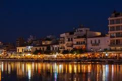 AGIOS NIKOLAOS GRECJA, LIPIEC, - 27, 2012: Turyści je w resta Obrazy Royalty Free