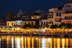 AGIOS NIKOLAOS GRECJA, LIPIEC, - 27, 2012: Turyści je w resta Zdjęcie Royalty Free