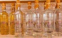 AGIOS NIKOLAOS GRECJA, LIPIEC, - 29, 2012: Wina i brandy rakia o Zdjęcie Royalty Free