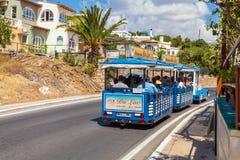 AGIOS NIKOLAOS GRECJA, SIERPIEŃ, - 2, 2012: Wycieczka turysyczna pociąg niesie wycieczkę turysyczną Zdjęcie Royalty Free