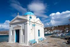 Agios Nikolaos kościół w Mykonos, Grecja Świątynny budynek z błękitną kopułą na dennym quay Kościół na pogodnym nadmorski Lato Obraz Stock