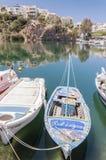 Agios Nikolaos laguny Błękitna łódź Obrazy Stock