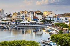 Agios Nikolaos miasteczko przy lata popołudniem Agios Nikolaos jest jeden najwięcej touristi Zdjęcie Stock