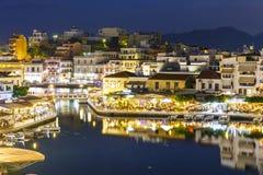 Agios Nikolaos miasteczko przy lato nocą Zdjęcia Royalty Free