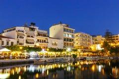 Agios Nikolaos miasteczko przy lato nocą Obrazy Stock