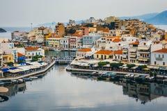Agios Nikolaos miasteczko przy lato wieczór Obraz Stock