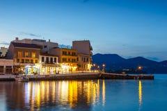 Agios Nikolaos miasteczko przy lato wieczór Agios Nikolaos jest jeden turystyczny Zdjęcie Stock