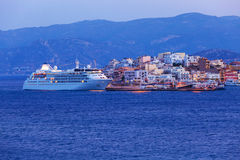 Agios Nikolaos miasto i Cruse statek przy nocą, Crete, Grecja Zdjęcie Stock
