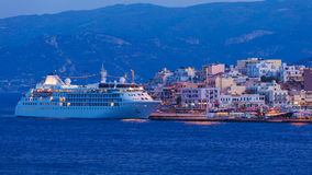 Agios Nikolaos miasto i Cruse statek przy nocą, Crete, Grecja Obrazy Royalty Free