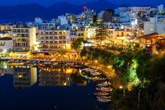 Agios Nikolaos miasto i Voulismeni jezioro przy nocą Crete, Grecja Obrazy Royalty Free