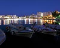 Agios Nikolaos miasto przy nocą, Crete, Grecja Fotografia Stock