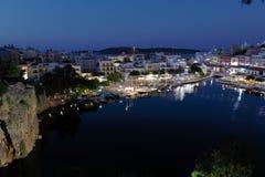 Agios Nikolaos miasto przy nocą, Crete, Grecja Zdjęcie Stock