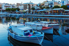 Agios Nikolaos miasto przy nocą, Crete, Grecja Zdjęcia Stock