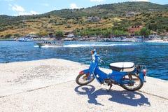 Agios Nikolaos portu Zakynthos wyspa w lecie z jasnym b, Fotografia Stock