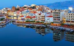 Agios Nikolaos przy nocą krety Greece Agios Nikolaos jest malowniczym miasteczkiem w wschodniej części wyspa Crete Obraz Royalty Free