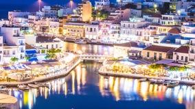 Agios Nikolaos przy nocą Grecja, Crete Zdjęcie Stock