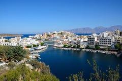 Agios Nikolaos schronienie i miasteczko, Crete Obrazy Stock