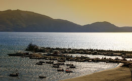 Agios Sostis-Hafen bei Sonnenuntergang auf Zakynthos Lizenzfreie Stockfotos