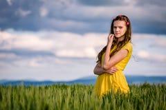 Agirl in un giacimento di grano Immagini Stock Libere da Diritti